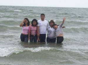 Estudiantes de la UVI Montañas en la costa del sur de Veracruz