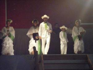 Bailes regionales en trajes típicos