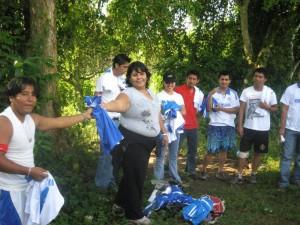 Repartiendo los uniformes al equipo de futbol varonil