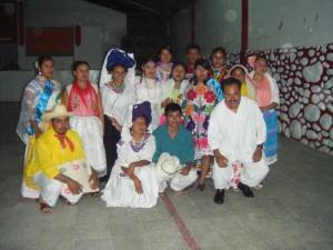 Los compañer@s que participaron en el desfile de trajes regionales