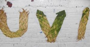 Siglas de la Universidad Veracruzana Intercultural en trabajo artesal con hojas de palma
