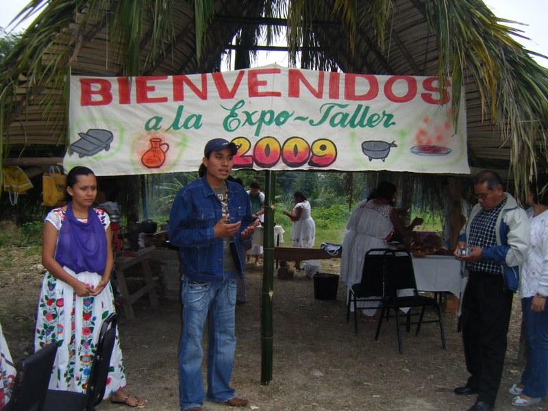 UVI Totonacapan, enero 2009. Nancy y Faustino hacen la presentación y bienvenida de la Expo-Taller de Cocina Típica Totonaca (Fotografía: Archivo UVI Totonacapan)