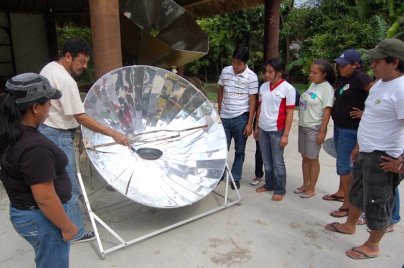 """En el """"Área del fuego"""" tuvimos una excelente sesión de divulgación científica, en la que Marion nos explicó el funcionamiento de esta estufa solar"""