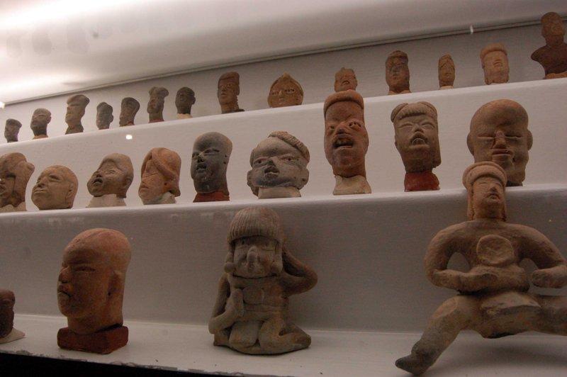 Figurillas olmecas en el Museo Dr. Luis González Calderón