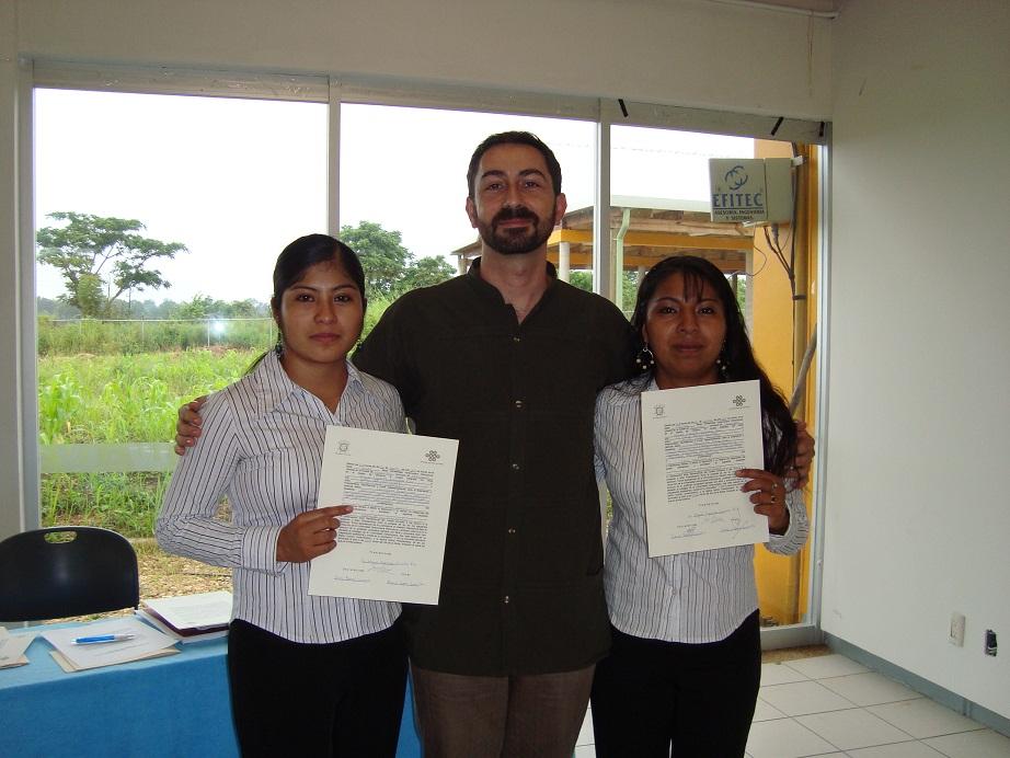 Adela Martinez y Crescencia Cruz con el docente Miguel Figueroa