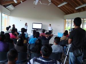 Adela Martinez y Crescencia Cruz presentando documento recepcional