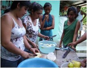 """Algunas actividades realizadas con vainilla por """"Mujeres de Oportunidades"""" (Foto: Marina de Luna Gómez)"""