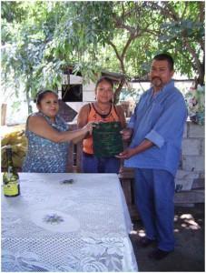 Entrega del Documento Recepcional al presidente de vainileros (Foto: Ana Bertha Evangelio)