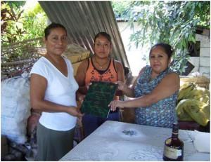 Entrega del Documento Recepcional a la vocal del grupo de Oportunidades (Foto: Ana Bertha Evangelio)