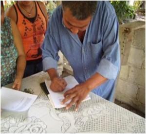 Firma de un documento, donde hace constar la devolución de la información (Foto: Ana Bertha Evangelio)
