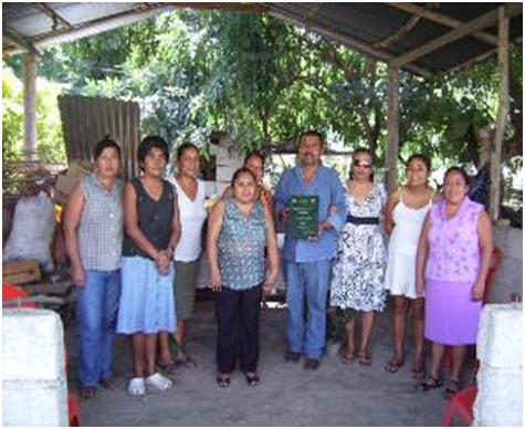 Foto del recuerdo con la gente de la comunidad (Foto: Ana Bertha Evangelio)