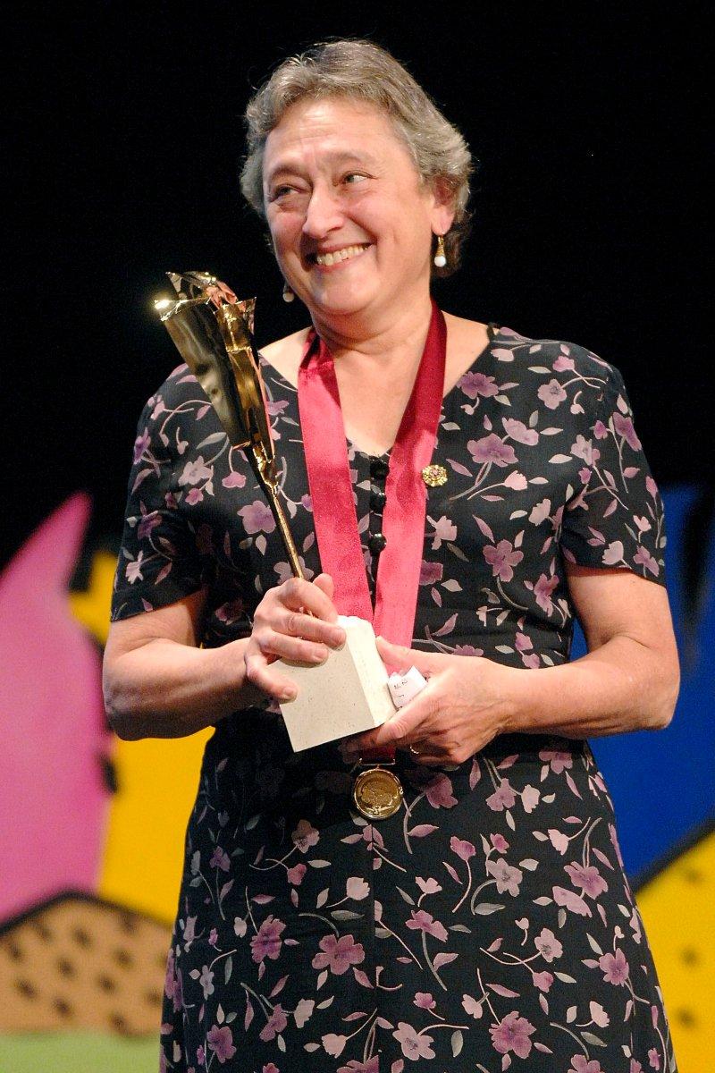 La científica norteamericana, Lynn Margulis, sonríe tras recoger el Premio Internacional Fundación Cristóbal Gabarrón 2008 de las Artes Escénicas | Crédito: EFE / Nacho Gallego