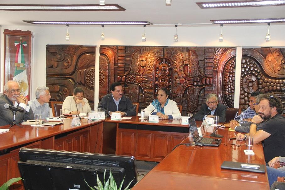 Funcionarios del ayuntamiento de Xalapa presentaron el proyecto de puente peatonal a autoridades universitarias.
