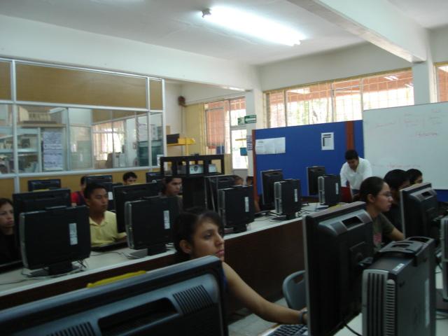 Alumnos en Centro de Cómputo
