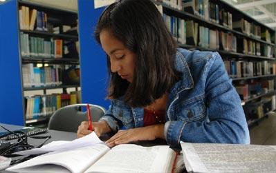 Alumna estudiando en biblioteca