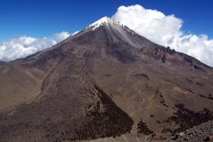 Figura 1. Pico de Orizaba visto desde Sierra Negra Flujo de lava (probablemente emplazado en 1566, Robin y Cantagrel, 1982) en la parte frontal y del lado derecho se observan restos del volcán Torrecillas