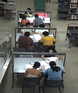 Con el servicio de préstamo interno, puedes leer en sala durante todo el horario de servicios de la biblioteca.