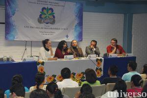 """Aspecto del panel """"UV: diez años de interculturalidad en la UV""""."""