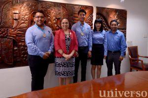 La Rectora felicitó a los integrantes del equipo que viajarán a Chile.