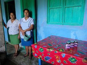 Doña Lupita y doña Luz, mujeres emprendedoras de Coyopolan.
