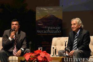 Rodolfo Mendoza, titular del Ivec, con el historiador Enrique Florescano Mayet.