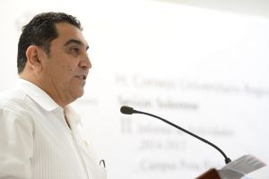 """El vicerrector José Luis Alanís Méndez señaló: """"Negar los recursos a los universitarios es negar el futuro a los veracruzanos""""."""