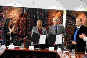 Sara Ladrón de Guevara y José Alfonso Aguayo Lozano signaron el convenio.