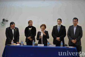 Yolanda Méndez Grajales, directora de la Facultad de Enfermería de la UV, acompañada de autoridades universitarias.