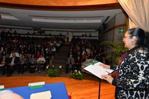 La rectora Sara Ladrón de Guevara felicitó a los premiados.
