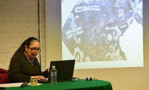 La rectora Sara Ladrón de Guevara habló sobre el juego de pelota a estudiantes de posgrado.