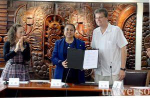 Sara Ladrón de Guevara, por la UV, y Antonio Tena Suck, por el CNEIP, firmaron el documento.