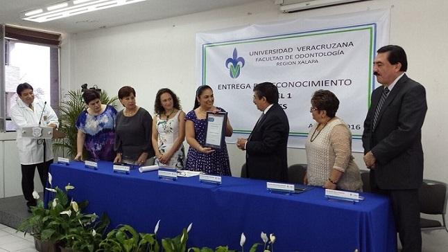 La Rectora recibió el reconocimiento de Francisco Montes de Oca, vocal ejecutivo de CIEES