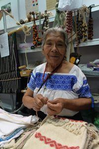 Candelaria Apanécatl Tzanahua, artesana de San Juan Texhuacan