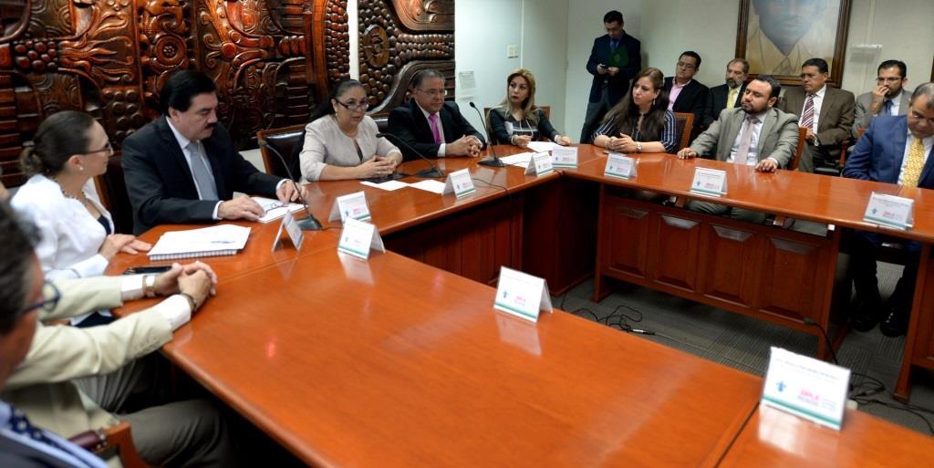 La rectora Sara Ladrón de Guevara y el presidente consejero del OPLE, Alejandro Bonilla Bonilla, firmaron el convenio