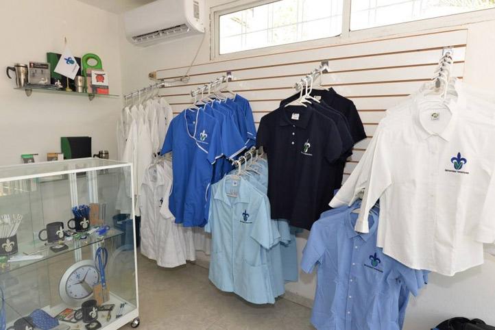 Además de los productos oficiales, la Tienda UV-Mina ofrece una línea de uniformes para el Área de Ciencias de la Salud