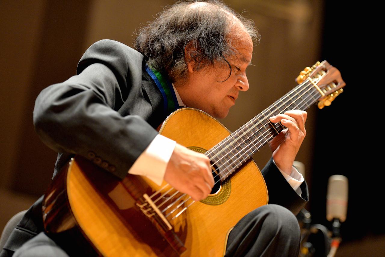El guitarrista ofreció un recital acompañado de la Orquesta de Guitarras de Xalapa