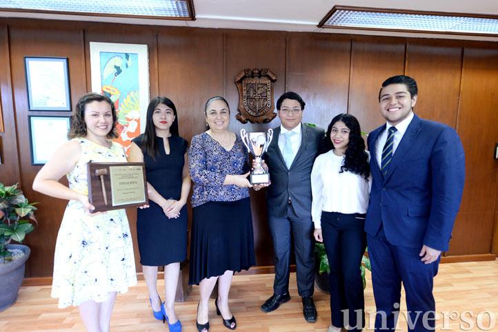 Los universitarios compartieron su logro con la rectora de la UV, Sara Ladrón de Guevara