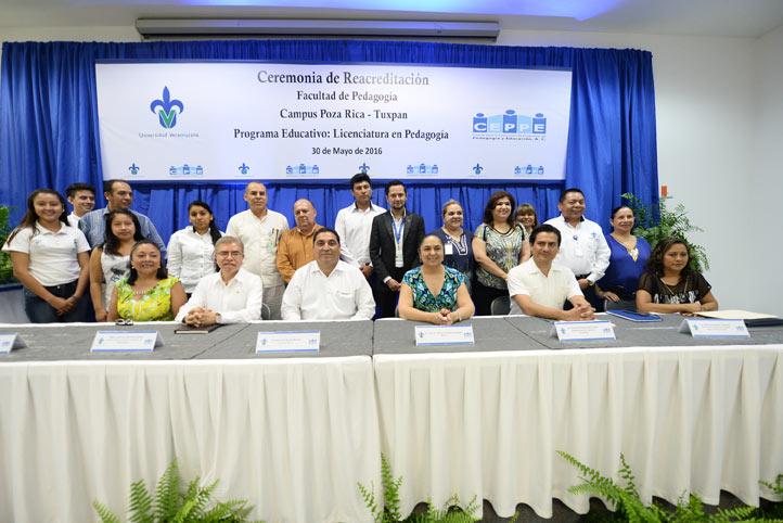 El equipo académico que hizo posible la acreditación de Pedagogía-Poza Rica, junto a las autoridades universitarias