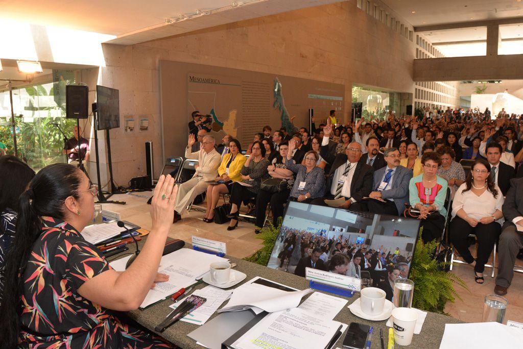 La rectora Sara Ladrón de Guevara presidió la sesión ordinaria del CUG