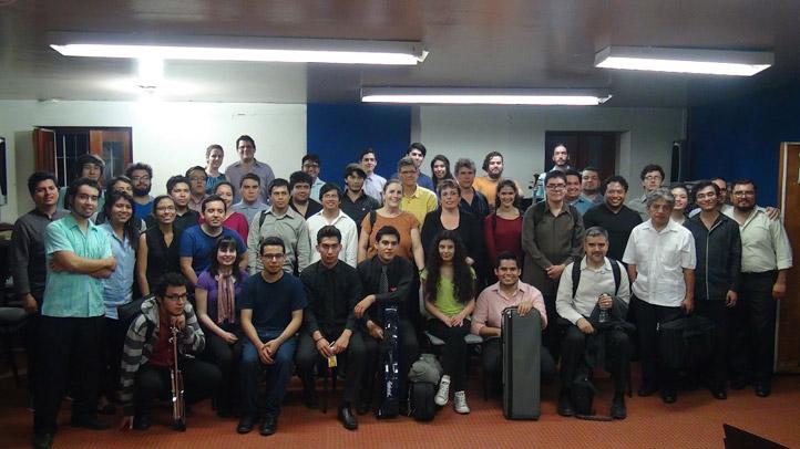 La académica convocó a la formación de una orquesta, la cual se integró con 46 músicos
