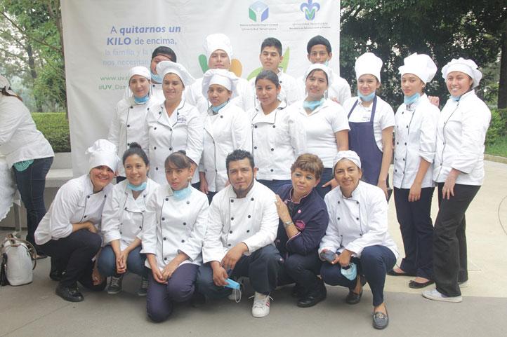 """Estudiantes del Taller Conservación y Preparación de Alimentos de la Escuela Industrial """"Concepción Quirós Pérez"""""""