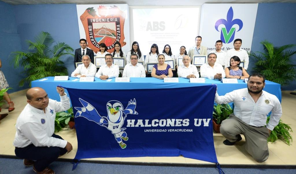 Los estudiantes becados por American Bureau of Shipping, autoridades de la UV y la empresa