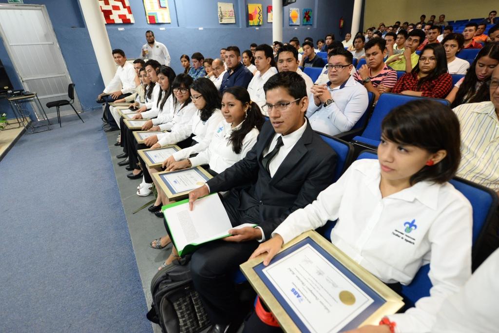 Los jóvenes estudiantes de Ingeniería Naval que fueron seleccionados por la empresa internacional