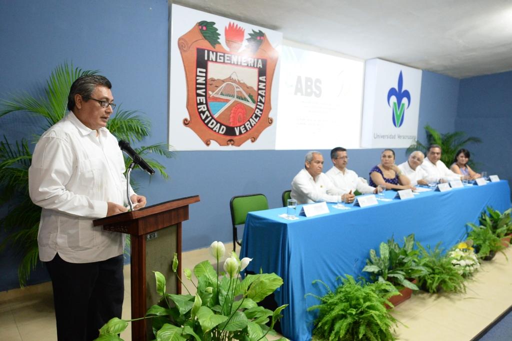 El egresado Javier Del Río, artífice de la relación entre la UV y ABS