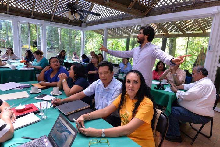 Tutores durante la sesión de formación coordinada por el grupo Transversa