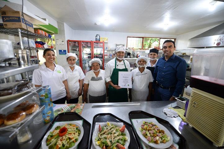 """Roberto Cuéllar Aguirre, junto con el personal que labora en """"La zona del sabor"""""""