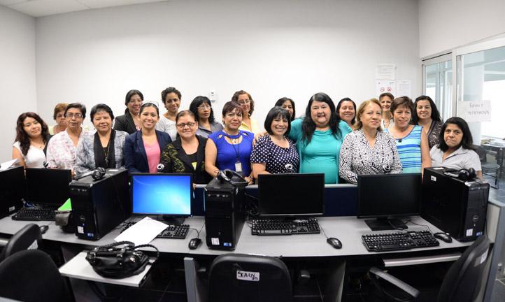 """Clementina Guerrero con las participantes del curso """"Habilidades informáticas para la mejora de los procesos administrativos"""""""