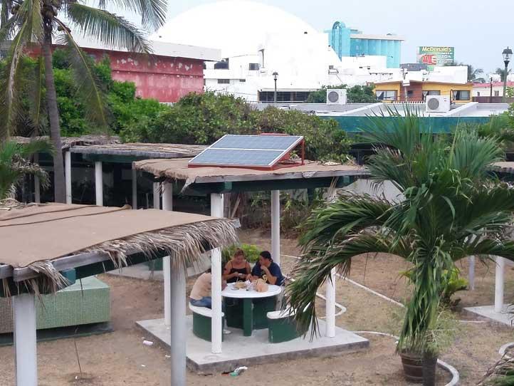 El kiosco fotovoltaico se encuentra en el interior de la Facultad de Ingeniería