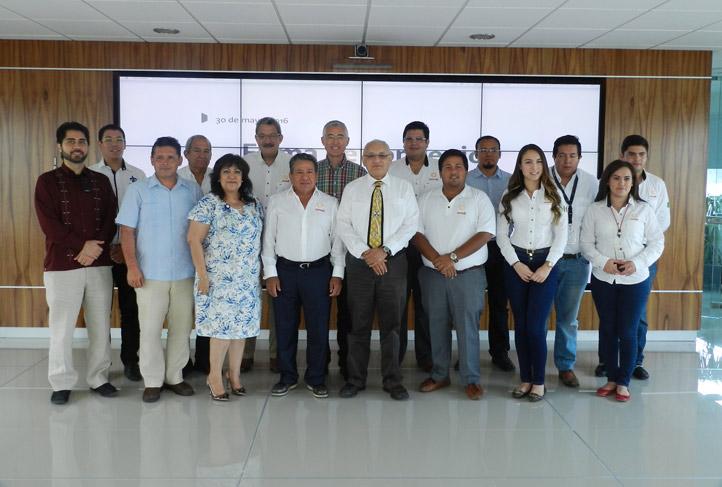 Personal de Nuvoil y de la UV, presentes en la firma del convenio