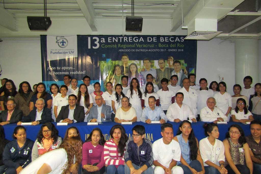 La Rectora entregó becas escolares y estímulos al desempeño a un total de 575 alumnos de todas las regiones